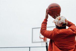 バスケットでゴールを狙う男性