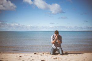 お祈りする男性
